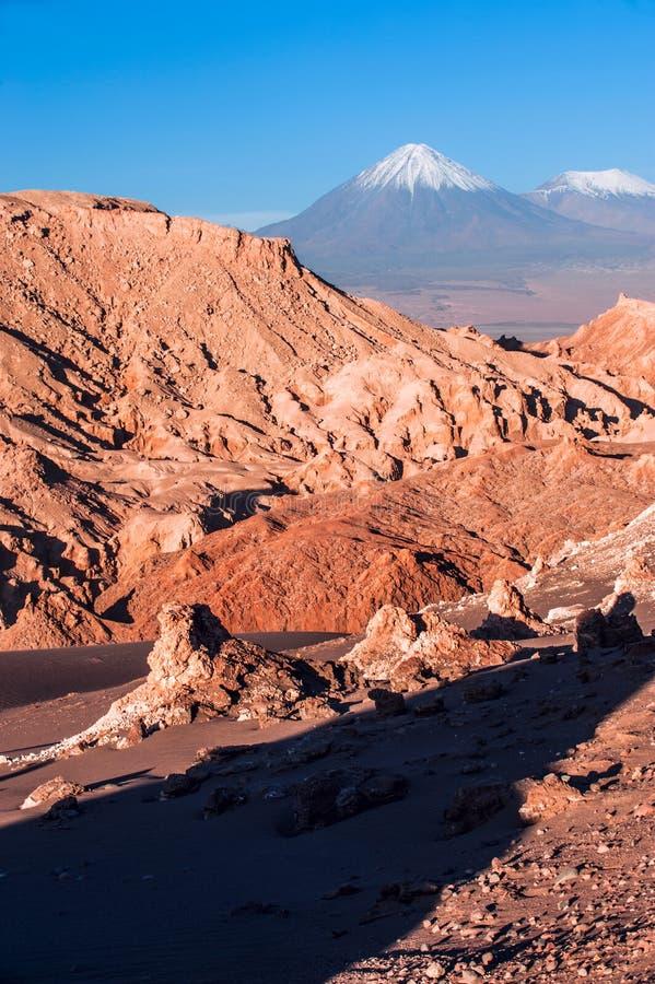 Valle DE La Luna, Vulkanen Licancabur en Juriques, Atacama royalty-vrije stock afbeelding