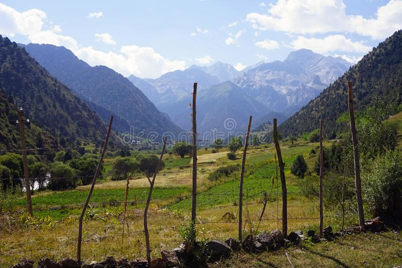 Valle de la montaña cerca de Ata National Park kirguizio, Kirguistán fotos de archivo libres de regalías