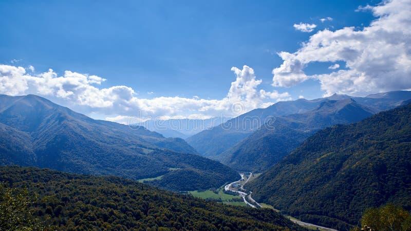Valle de la montaña con el río y el camino No lejos del Arkhyz imágenes de archivo libres de regalías
