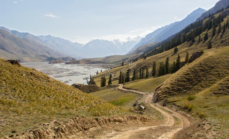 Valle de la montaña con el río y el camino fotos de archivo libres de regalías