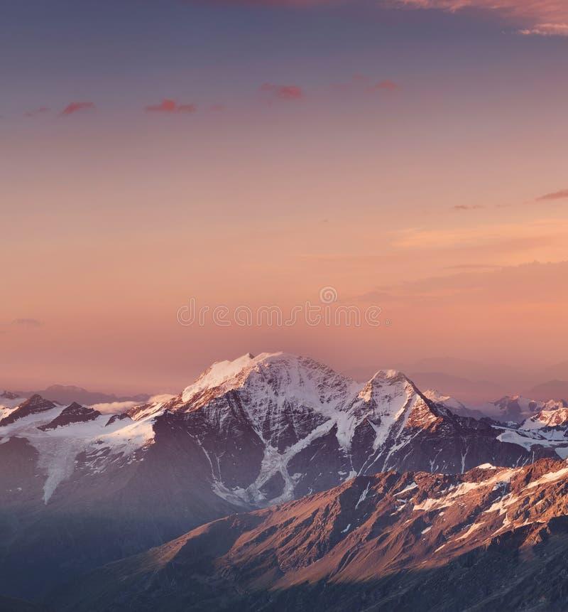 Valle de la montaña durante salida del sol fotos de archivo libres de regalías