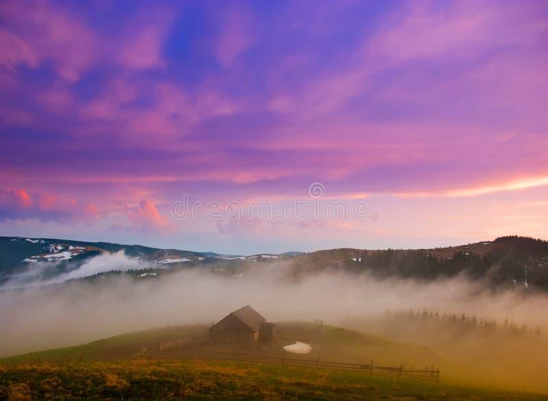Valle de la montaña, una casa vieja en la niebla Cárpatos, Ucrania imagen de archivo