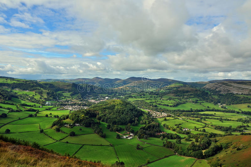 Valle de la opinión de Llangollen desde arriba sobre una cumbre al este fotos de archivo libres de regalías