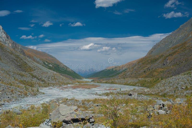 Valle de las montañas con el cielo azul fotografía de archivo