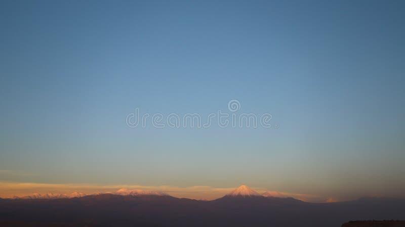 Valle de Marte - vale de Marte e o vulcão no por do sol, deserto de Licancabur de Atacama, o Chile fotografia de stock