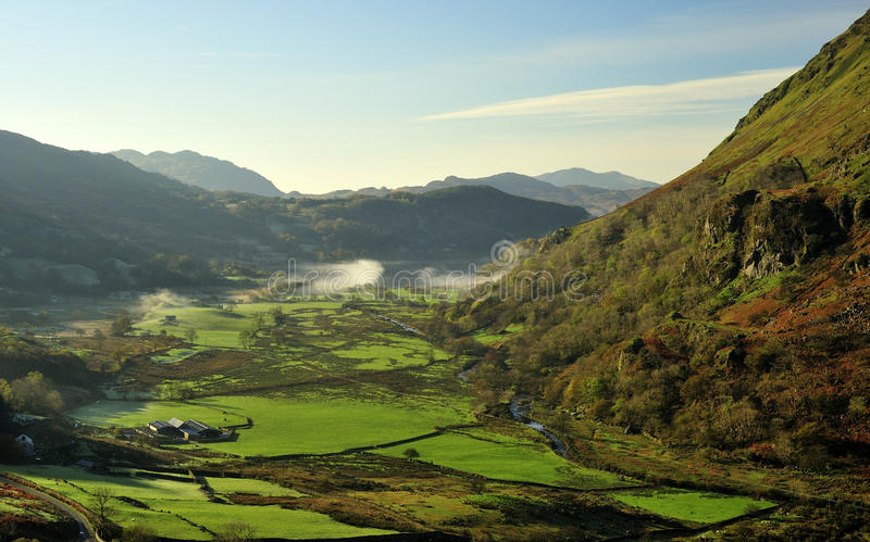 Valle de Nant Gynant, Snowdonia, País de Gales del norte imagenes de archivo