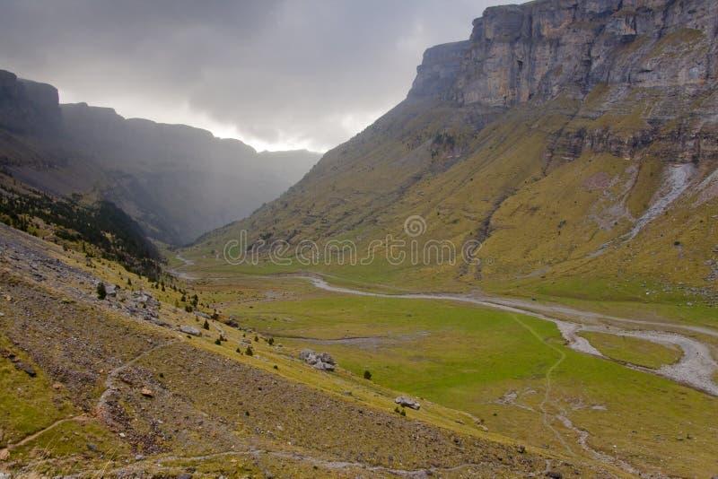 Valle de Ordesa - día nublado oscuro. imagen de archivo
