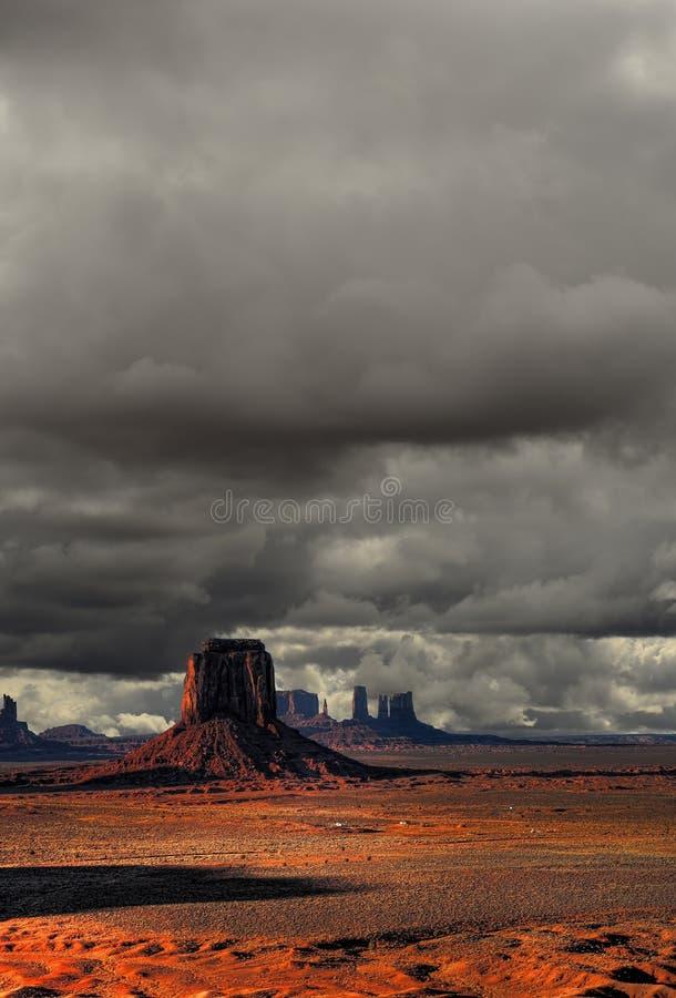Download Valle Del Monumento Dei Cieli Nuvolosi Immagine Stock - Immagine di limite, scenico: 55353165