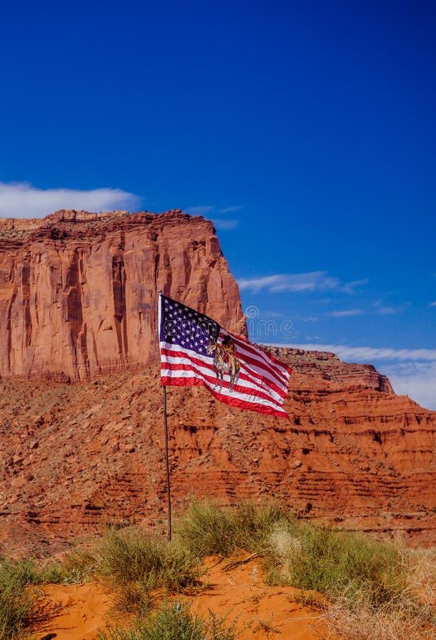 Valle del monumento e la bandiera navajo Storia di U.S.A. fotografia stock libera da diritti