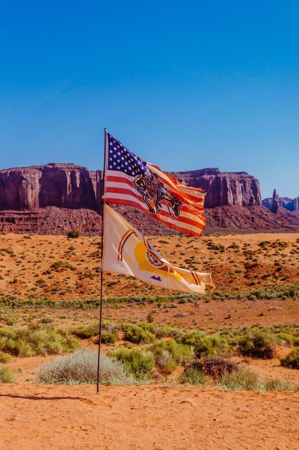 Valle del monumento, Utah Bandiera del navajo sui precedenti delle rocce maestose fotografia stock libera da diritti