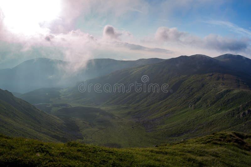 Valle dell'alta montagna nella mattina fotografie stock libere da diritti