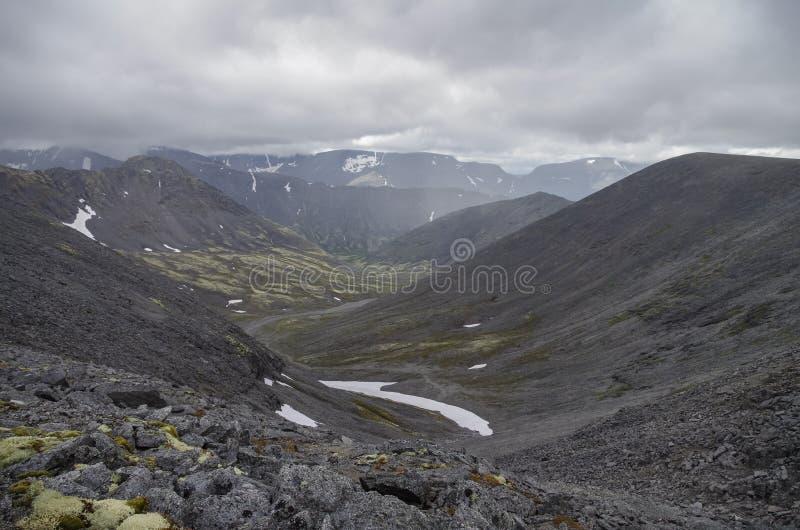 Valle della montagna con i muschi e le rocce coperti di licheni Clou fotografia stock libera da diritti