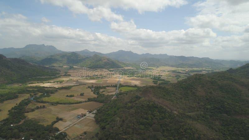 Valle della montagna con i terreni coltivabili nelle Filippine immagine stock libera da diritti