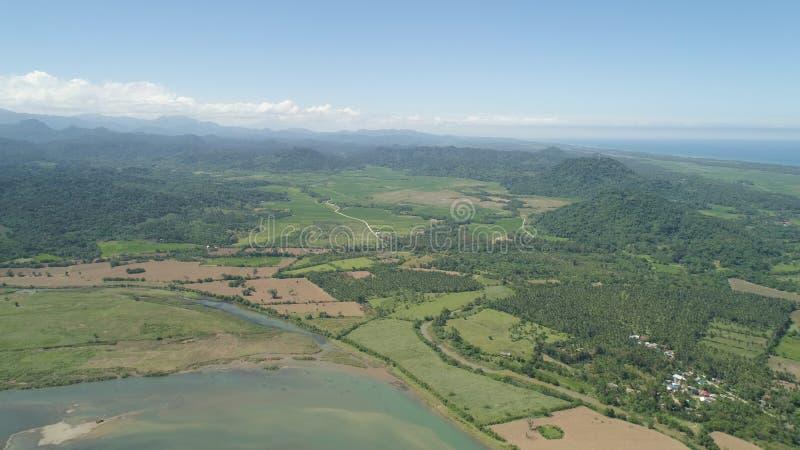 Valle della montagna con i terreni coltivabili nelle Filippine fotografia stock