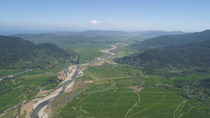 Valle della montagna con i terreni coltivabili nelle Filippine fotografia stock libera da diritti