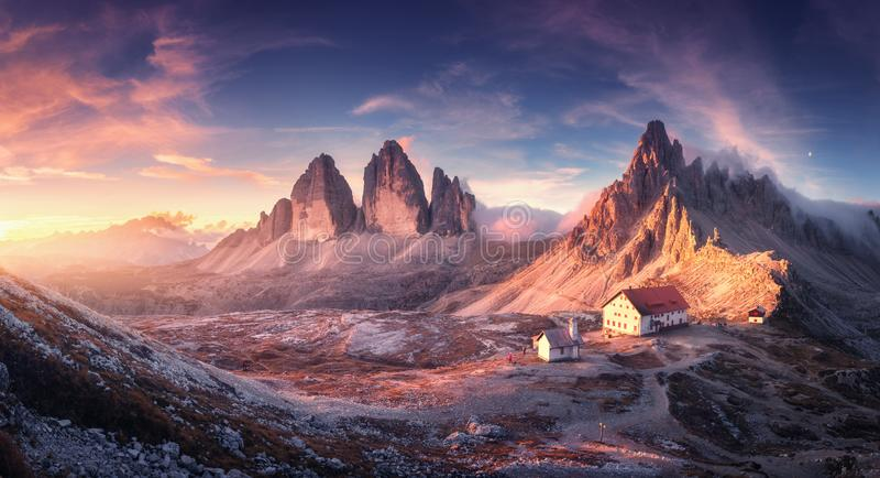 Valle della montagna con la belle casa e chiesa al tramonto fotografie stock libere da diritti