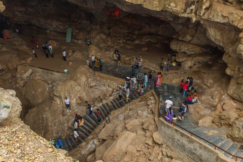 Valle di Araku, Visakhapatnam, Andhra Pradesh, il 4 marzo 2017: La vista del borra scava con il gruppo di viaggiatori non identif fotografia stock