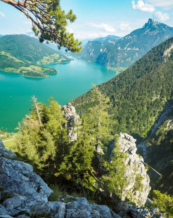 Valle di Attersee e di Mondsee a Drachenwand, scalatori delle alpi, Austria, Europa fotografie stock