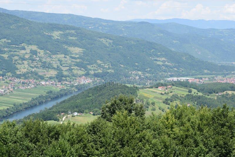 Valle di Drina vicino alla città di Bajina Bassora fotografie stock