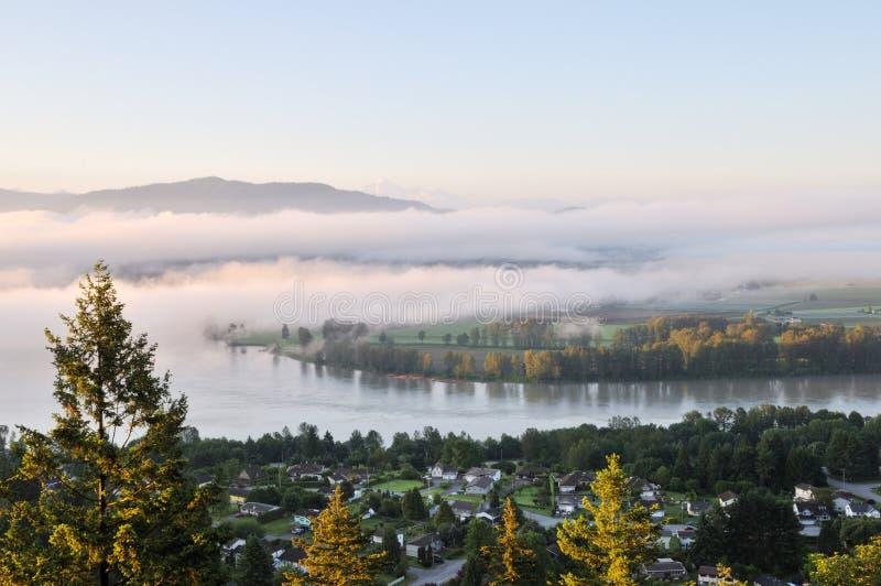 Valle di Fraser ad alba nebbiosa fotografia stock libera da diritti