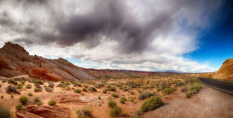 Valle di fuoco con il cielo drammatico immagine stock
