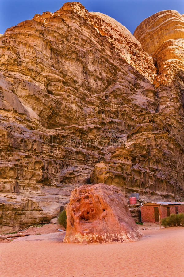 Valle di Lawrence Memorial Bedouin Camp Barrah Siq della luna Wadi Rum Jordan fotografie stock