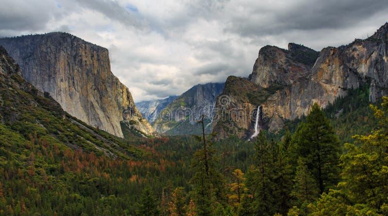 Valle di Yosemite il giorno nuvoloso durante il autum fotografia stock libera da diritti