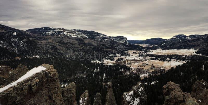 Valle distante de la montaña en un día cubierto imagenes de archivo