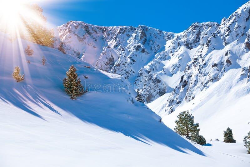 Valle e neve della montagna fotografie stock libere da diritti