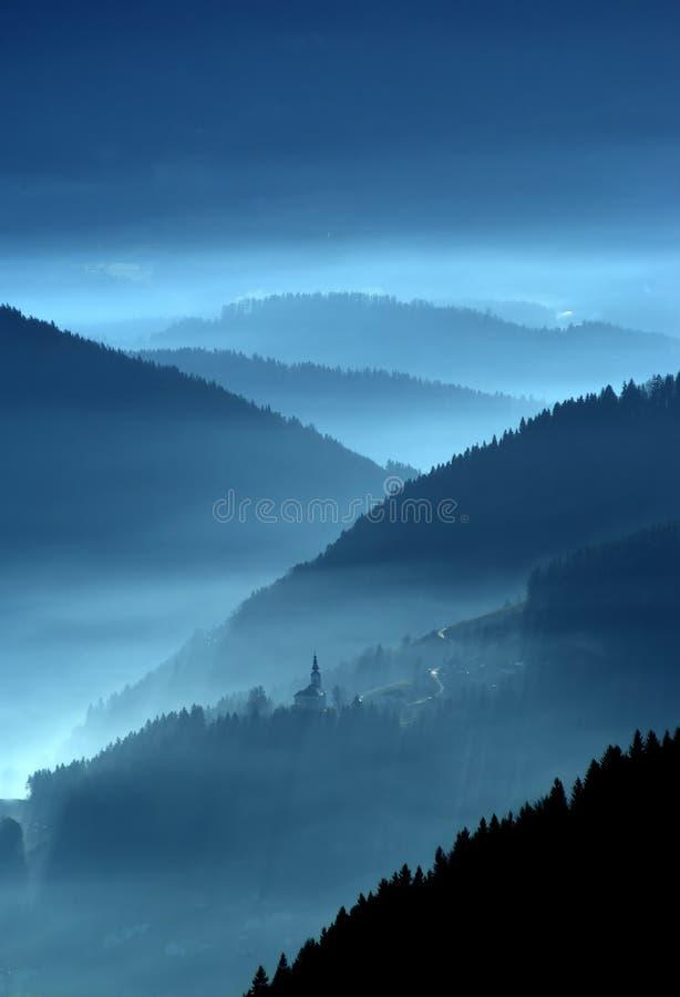 Valle en la niebla fotografía de archivo