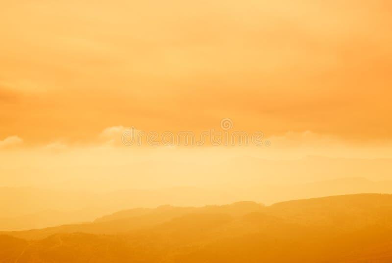 Valle en la puesta del sol con niebla fotografía de archivo