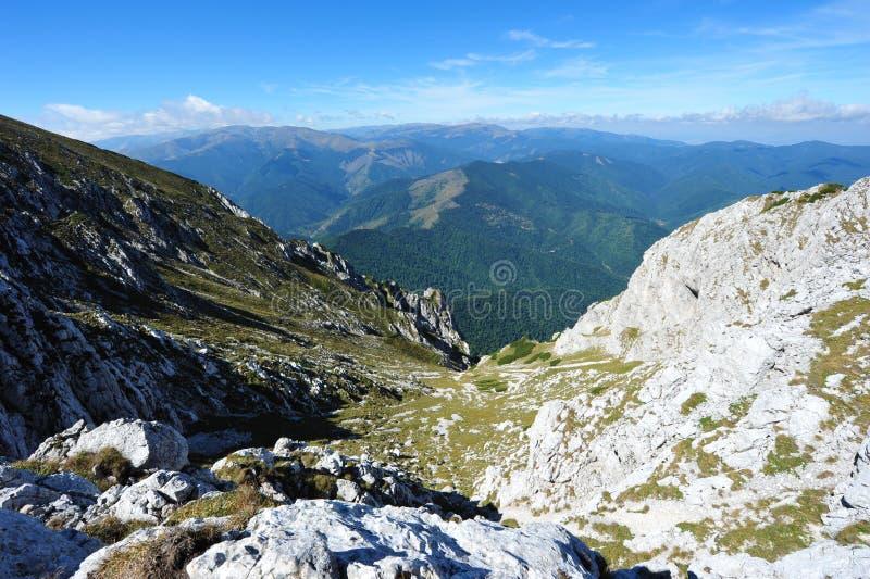 Valle escarpado rocoso en las montañas de Piatra Craiului fotos de archivo libres de regalías