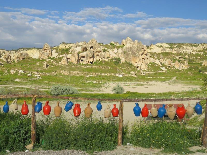Valle Goreme Ghirlanda delle brocche colorate delle terraglie vicino all'officina delle terraglie fotografia stock libera da diritti