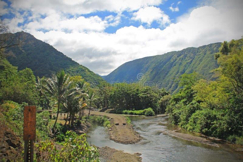 Valle hawaiano rodeado por las montañas en la isla de Oahu foto de archivo
