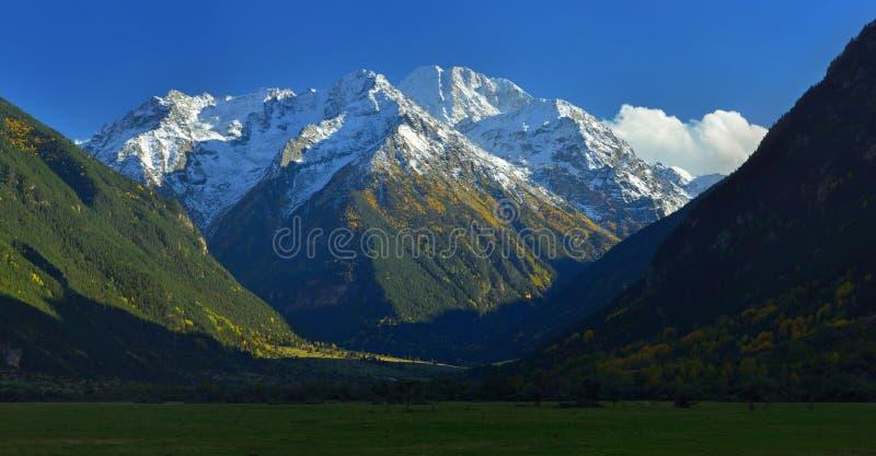 Valle in montagne immagine stock libera da diritti