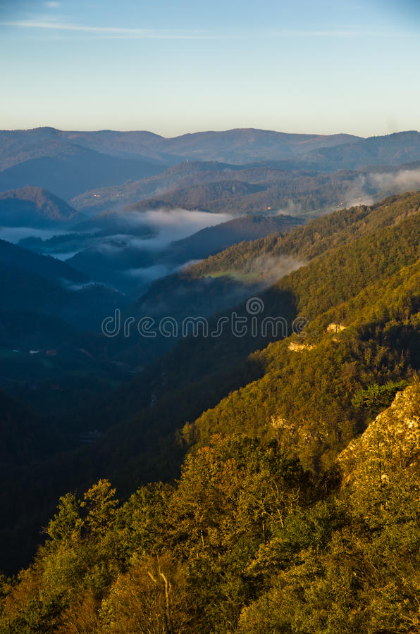 Valle nebbiosa ad alba di autunno, montagna di Cemerno immagini stock libere da diritti