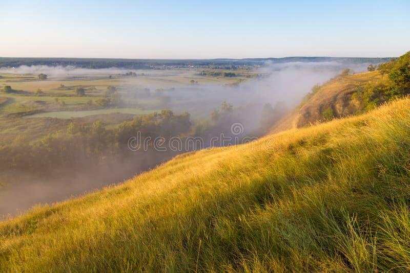 Valle nebbiosa di mattina con il fiume, vista dalla collina fotografia stock libera da diritti