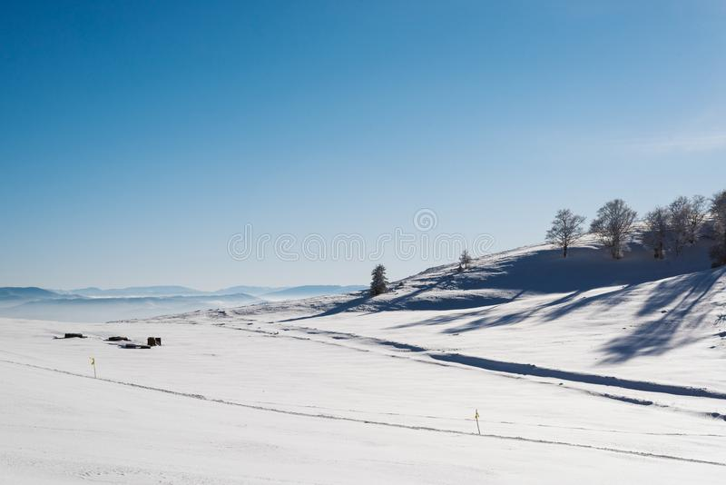 Valle Nevado en la cima de la montaña con un cielo azul claro en un día soleado con los copos de nieve que caen imágenes de archivo libres de regalías