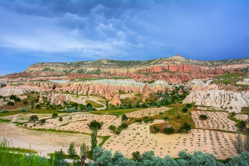Valle rossa a Cappadocia, l'Anatolia, Turchia Montagne vulcaniche i fotografie stock libere da diritti
