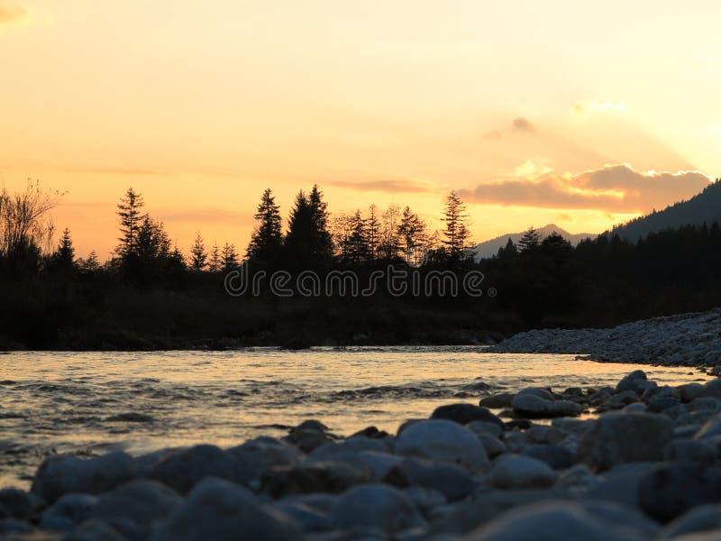Valle selvaggia di Isar del paesaggio del fiume al tramonto fotografie stock libere da diritti