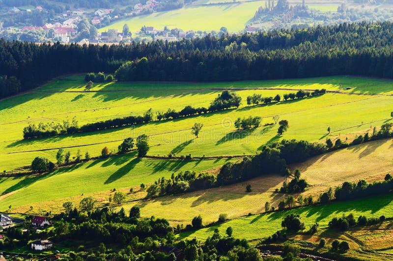 Valle soleado de la montaña con los campos y los prados verdes Opinión aérea del paisaje escénico de las tierras de labrantío imagen de archivo libre de regalías