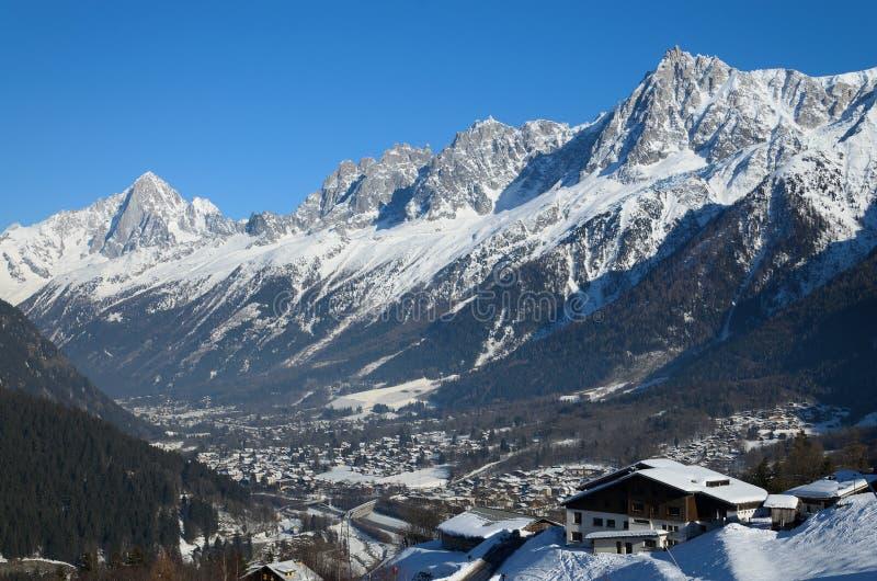 Valle soleggiata di Chamonix-Mont-Blanc nell'inverno fotografia stock libera da diritti