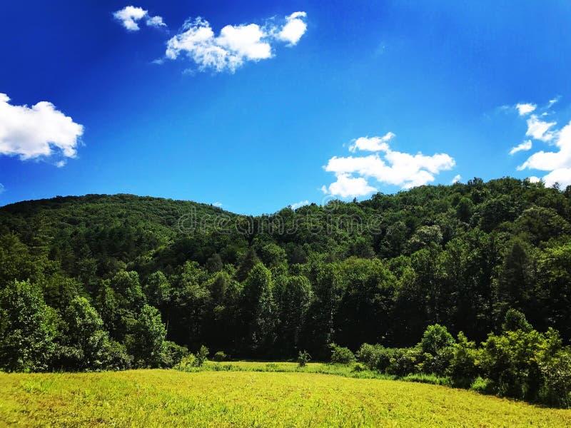 Valle Sunny Day de la montaña imagen de archivo libre de regalías