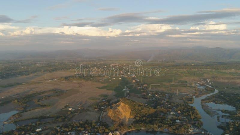 Valle tropicale della montagna del paesaggio con i villaggi ed i terreni coltivabili immagini stock libere da diritti