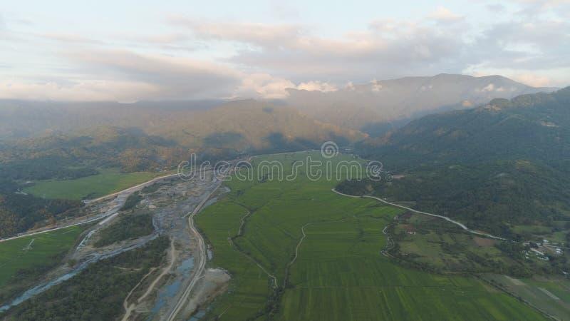 Valle tropicale della montagna del paesaggio con i villaggi ed i terreni coltivabili fotografia stock libera da diritti