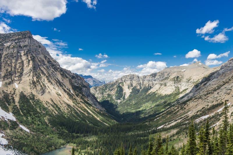 Valle verde a través de las montañas foto de archivo