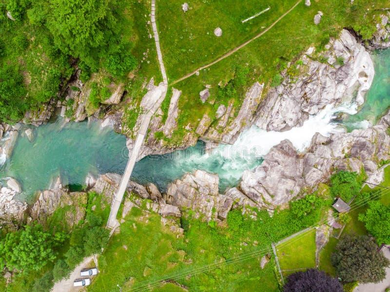 Valle Verzasca - flyg- sikt av frik?nd- och turkosvattenstr?mmen och vaggar i den Verzasca floden i Ticino - den Verzasca dalen i arkivbild