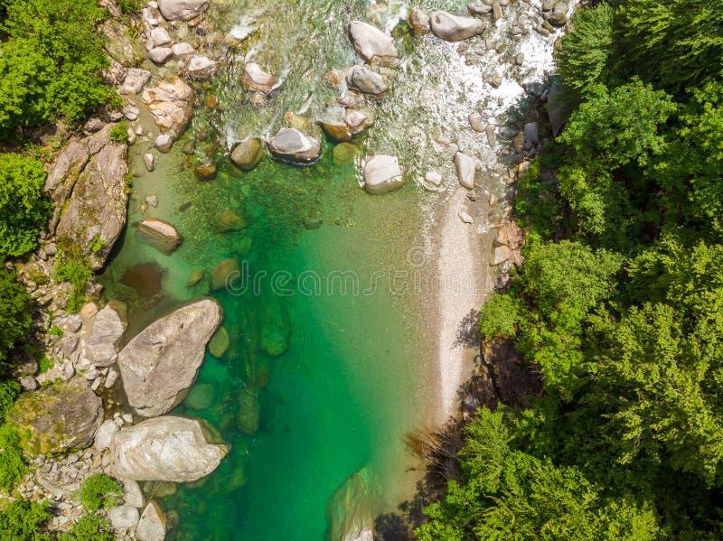 Valle Verzasca - Vogelperspektive des Wasserstromes und -felsen des freien Raumes und des T?rkises in Verzasca-Fluss in Tessin -  stockfoto