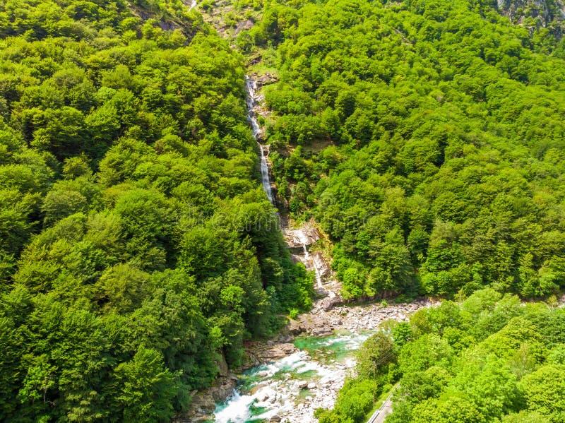Valle Verzasca - Vogelperspektive des Wasserstromes und -felsen des freien Raumes und des T?rkises in Verzasca-Fluss in Tessin -  lizenzfreies stockbild