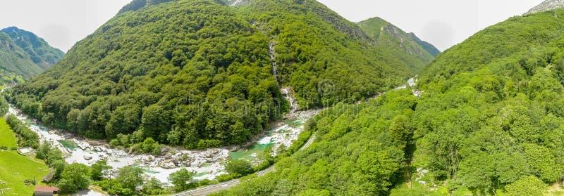 Valle Verzasca - Vogelperspektive des Wasserstromes und -felsen des freien Raumes und des T?rkises in Verzasca-Fluss in Tessin -  stockbild